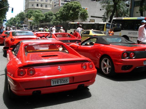 Os seis veículos da montadora italiana ocuparam trecho da Avenida Rio Branco acompanhados por policiais e agentes de trânsito (Marcos Vinicius Lage da Silva/VC no G1)  (Foto: Marcos Vinicius Lage da Silva/VC no G1)