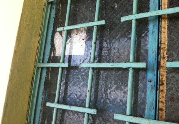 Marcas do crime na entrada do bar (Foto: Ana Graziela Maia/G1)