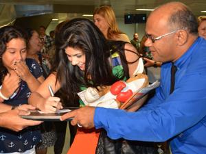 Luíza tirou fotos e deu autógrafos ao desembarcar em João Pessoa (Foto: Walter Paparazzo/G1 PB) (Foto: Walter Paparazzo/G1 PB)