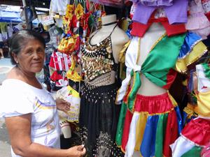Marluce Pereira conta que passista está entre as fantasias mais vendidas. (Foto: Katherine Coutinho / G1)