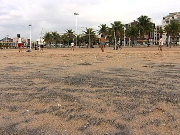 Poluição por minério de ferro é visível na areia da Praia de Camburi, em Vitória, no Espírito Santo (Foto: Reprodução/TV Gazeta)