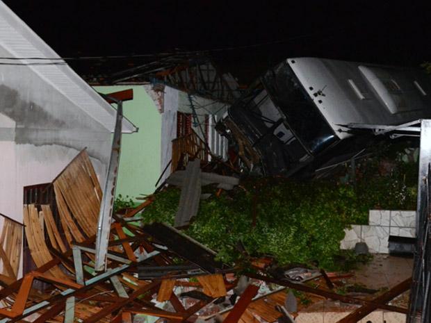 Ônibus arrastou carro e invadiu uma casa em Santa Rosa (Foto: Gelson Waier)