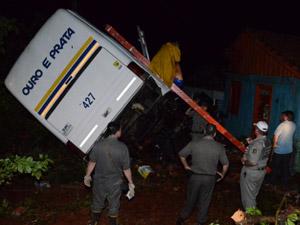 Casa atingida por ônibus estava vazia (Foto: Gelson Waier/RBS TV)