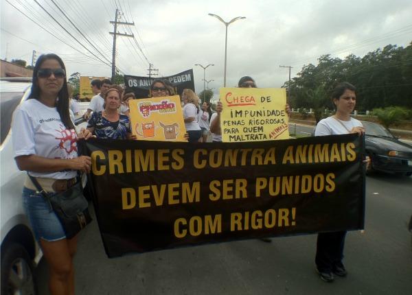 Cerca de 200 pessoas participaram do ato. (Foto: Girlene Medeiros/G1 AM)