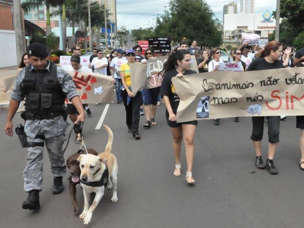 Cães da Cigcoe participam de manifestação (Foto: Aliny Mary Dias / G1 MS)