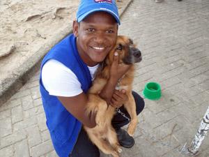 Funcionário do CVA, Wellington diz que animais precisam de carinho. (Foto: Katherine Coutinho / G1)