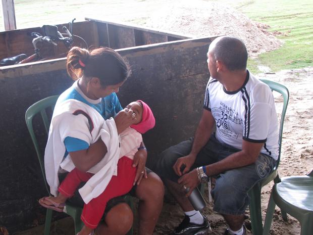 O cozinheiro José Silva Santos, a esposa Eva da Silva e o bebê de 1 ano (Foto: Renato Jakitas/G1)