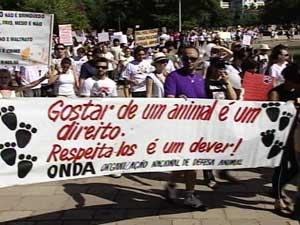 Protesto contra maus-tratos a animais reúne cerca de 300 pessoas em Porto Alegre (Foto: Reprodução/RBS TV)