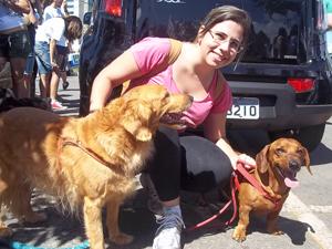 A advogada Marcella Cintra foi com os cães Bill e Laica para a manifestação contra maus-tratos de animais, em Brasília. (Foto: Rafaela Céo/G1)