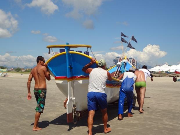 Pescadores levam a pesca do dia até o Mercado do peixe. (Foto: Adriana Justi / G1)