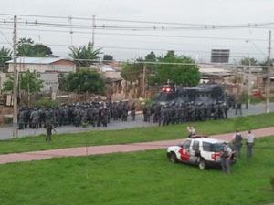 Tropa de Choque faz reintegração em São José (Foto: Reprodução/VNews)