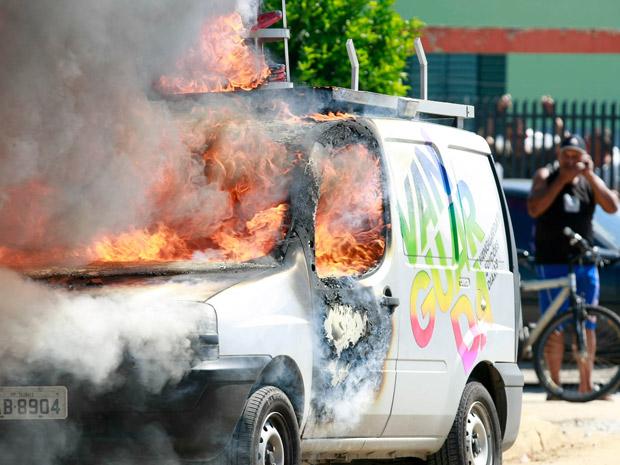 Unidade móvel da TV Vanguarda foi queimada durante reintegração (Foto: Mario Ângelo/Sigmapress/AE)