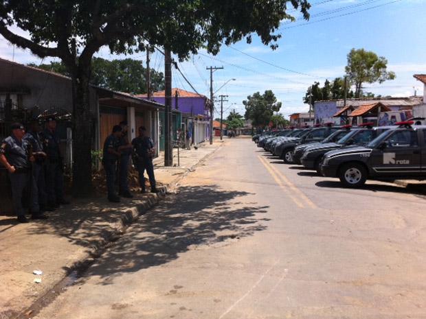 PM impede a entrada na área conhecida como Pinheirinho (Foto: Renato Jakitas/G1)