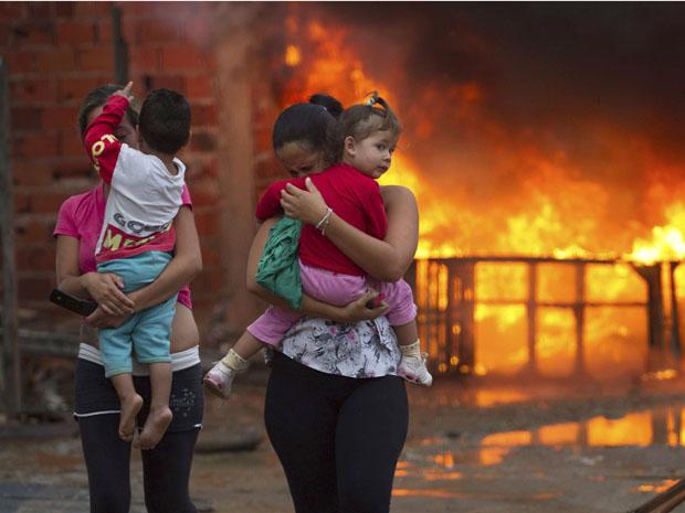 Mulheres choram na região do Pinheirinho (Foto: Roosevelt Cassio/Reuters)