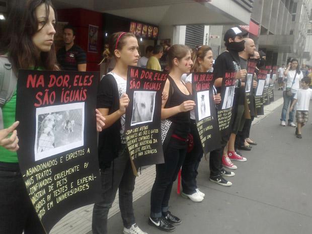 Manifestantes levaram faixas e cartazes pedindo punição para as pessoas que cometem crueldade contra animais (Foto: Tahiane Stochero/G1)