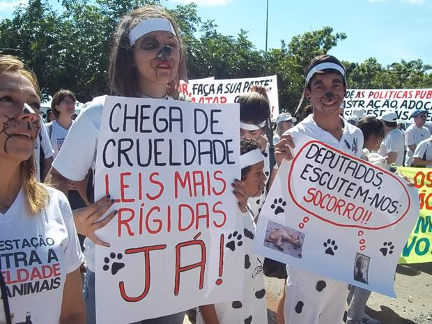 Com cartazes e rostos pintados, manifestantes do DF pediram fim dos maus-tratos a animais, neste domingo (22). (Foto: Rafaela Céo/G1)