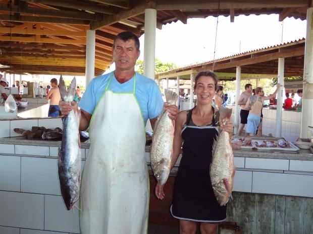 Casal exibe corvinas e um bagre de oito quilos no Mercado do peixe. (Foto: Adriana Justi / G1)