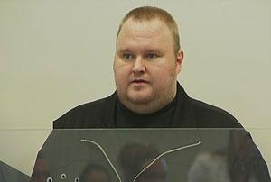 Kim Schmitz, fundador do Megaupload, em uma corte de Auckland, na Nova Zelândia, nesta segunda-feira (23). Ele se defende da acusação de distribuir conteúdo protegido por direitos autorais na internet (Foto: Reuters)