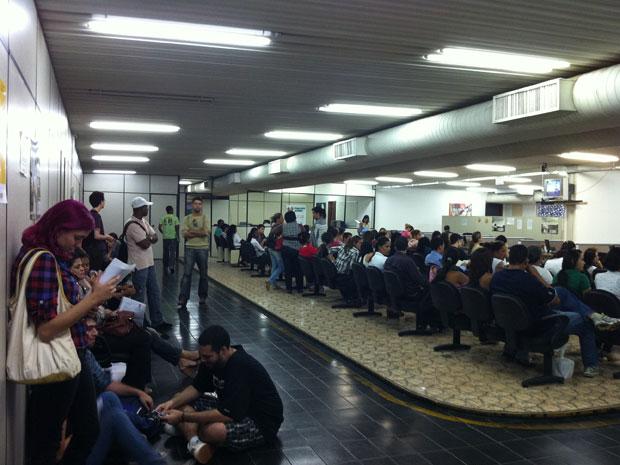 Candidatos aguardam chamada para seleção na Agência do Trabalhador.   (Foto: Káthia Mello/G1)