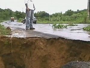 Equipes da Secretaria de Infraestrutura de Itacoatiara recuperaram o trecho (Foto: Reprodução/TV Amazonas)