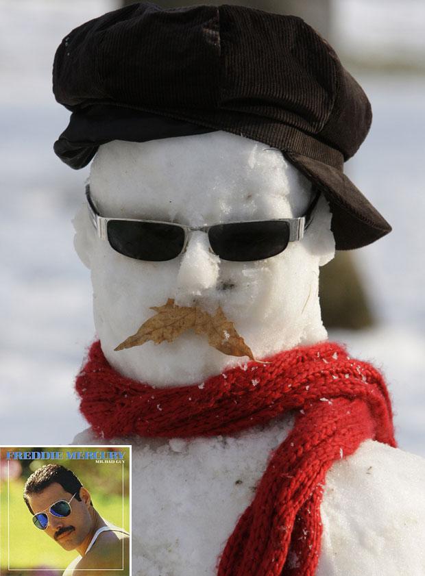 Aparência do boneco de neve lembra a capa do disco 'Mr. Bad Guy', de Freddie Mercury (Foto: Vahid Salemi/AP)