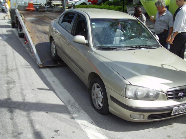 Carro utilizado pelas duas adolescentes durante perseguição policial (Foto: TVTribuna.com)