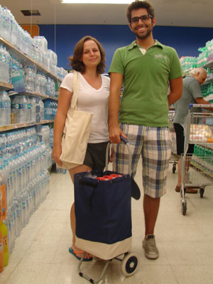Ana Carolina Mora, 23, e Caio Narezzi, 24, usando carrinho e ecobag (Foto: Rafael Sampaio/G1)