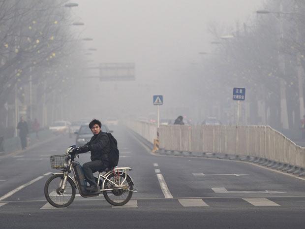 A capital chinesa é frequentemente coberta por uma névoa de poluição (Foto: AP Photo/Andy Wong)