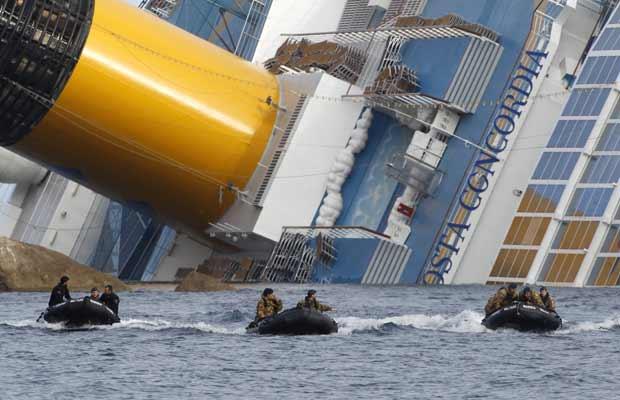 Mergulhadores retornam após mais uma jornada de buscas no Costa Concordia nesta segunda-feira (23) (Foto: AP)