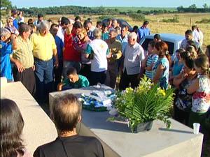 Enterro dos irmãos mortos em incêndio em Caxias do Sul (Foto: Reprodução / RBS TV)