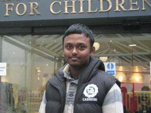 Muhammad Miah, de 18 anos, é obrigado a se alimentar de forma artificial (Foto: BBC)