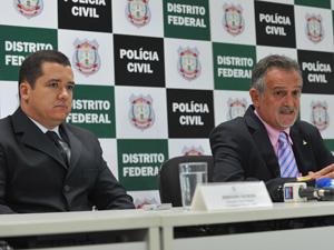 O delegado Johnson Kenedy Monteiro e o diretor-geral da Polícia Civil do DF, Onofre Moraes, em entrevista sobre investigação da morte de Duvanier Ferreira (Foto: Fabio Rodrigues Pozzebom/ABr)