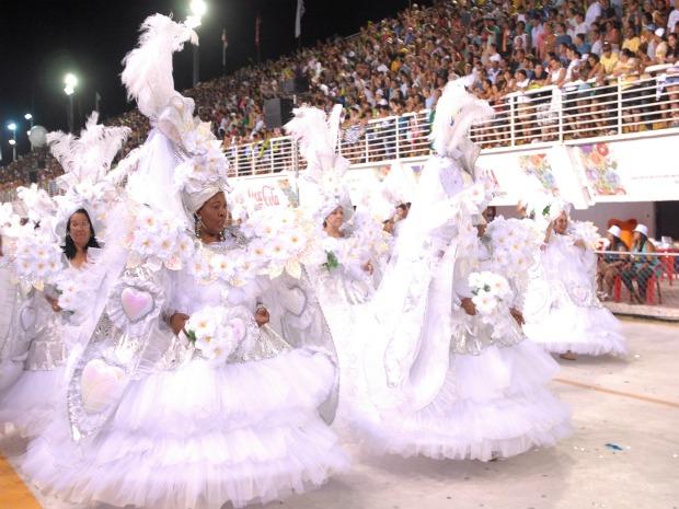 Ala das baianas no desfile da Jucutuquara no Carnaval de Vitória 2011. (Foto: Nestor Muller/Jornal A Gazeta)