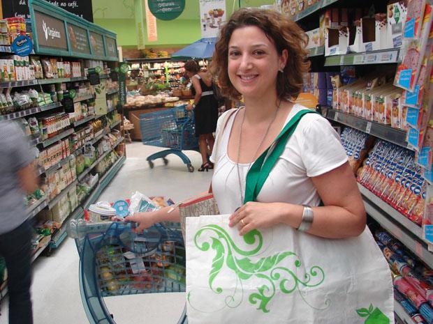 A advogada Luciana do Rosário Pires, 33, que usa ecobag para fazer compras (Foto: Rafael Sampaio/G1)