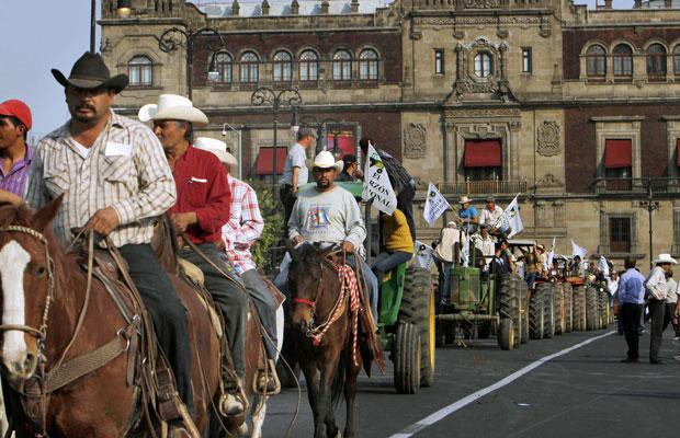 Caravana por ajuda chega à Cidade do México, neste domingo (Foto: Marco Ugarte/AP)