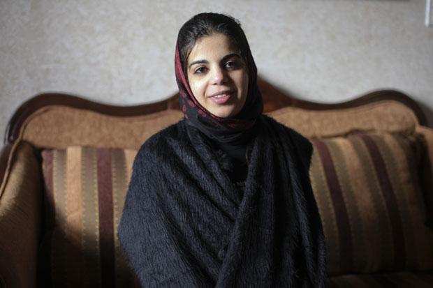 Baraa Melhem, de 20 anos, na casa da mãe em Qalandia (Foto: Maya Levin/AP)