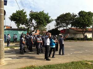 Morandores e polícia voltaram a entrar em confronto nesta segunda (Foto: Juliana Cardilli/G1)