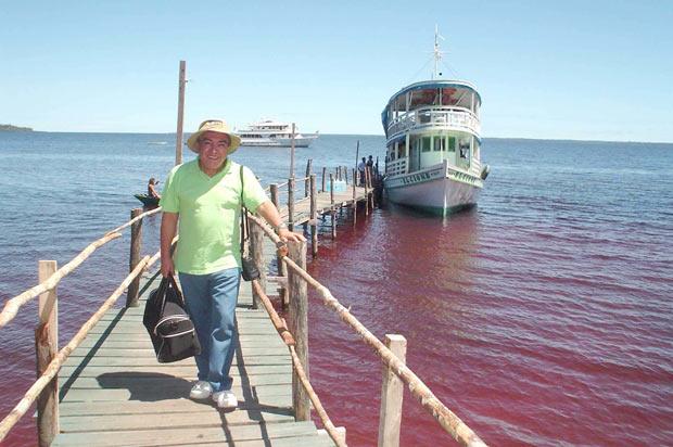 Maurício de Sousa durante visita à Amazônia, em 2006. Imagens reproduzidas no gibi foram inspiradas em trecho da floresta existente na divisa do Amapá com o Pará, na região do Rio Jari. (Foto: Divulgação)