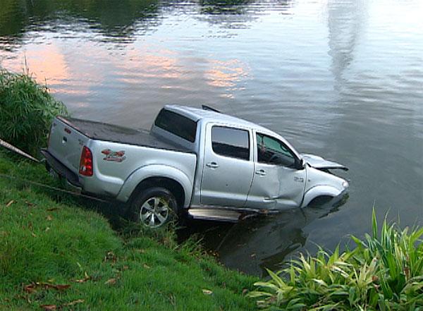 Caminhonete sobe calçada e cai na água do Dique do Tororó (Foto: Imagem/TV Bahia)