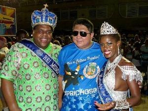 David Assayag entre o Rei Momo e a Rainha do Carnaval da Grande Rio (Foto: Divulgação/Boi Caprichoso)