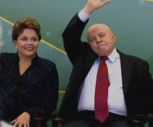 A presidente Dilma Rousseff e o antecessor Luiz Inácio Lula da Silva em cerimônia de posse do novo ministro da Educação, Aloizio Mercadante, no Palácio do Planalto (Foto: Roberto Stuckert Filho/PR)