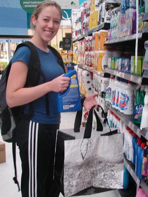 A fisioterapeuta Caroline Albuquerque, de 26 anos, usa três ecobags para fazer as compras da semana (Foto: Rafael Sampaio/G1)