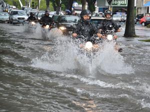 Ponto da Avenida Epitácio Pessoa ficou alagado (Foto: Walter Paparazzo/G1)