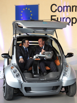 Presidente da Comissão Européia José Manuel Barroso, à direita, e Jesus Echave, presidente do consórcio Hiriko-Afypaida (Foto: Yves Logghe/AP)