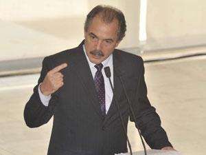O ministro Aloizio Mercadante no Palácio do Planalto, durante discurso de posse na pasta da Educação (Foto: José Cruz  / Agência Brasil)