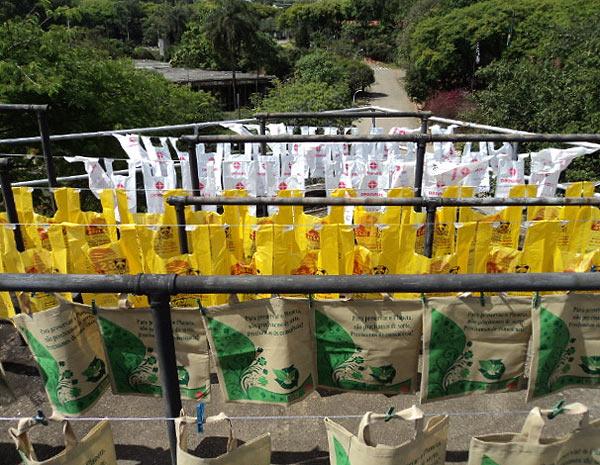 Em uma pesquisa do IPT, quatro tipos de sacola são expostas a chuva, luz e vento para testar seu tempo de degradação (Foto: Divulgação/IPT)