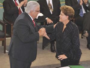 O novo ministro da Ciência e Tecnologia, Marco Antonio Raupp, e a presidente Dilma Rousseff, durante cerimônia de posse no Palácio do Planalto (Foto: José Cruz/ABr)