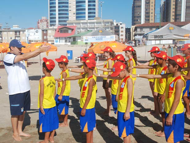 Crianças fazem curso com salva-vidas no Litoral do RS (Foto: Divulgação/Brigada Militar)