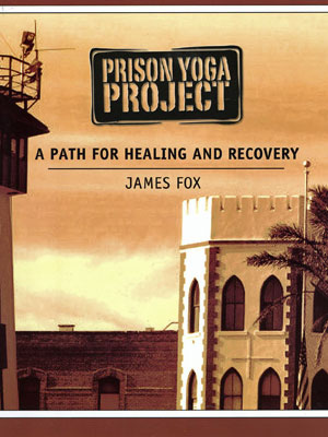 James escreveu um livro de guia para práticas - distribuído gratuitamente. As ilustrações das posições foram feitas pelos prisioneiros (Foto: Divulgação)