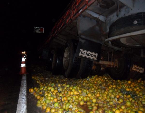 A carga ficou espalhada pela pista que ficou interditada. (Foto: Divulgação/Tv Tem)